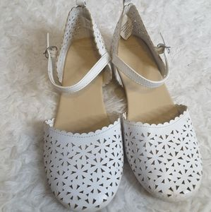 3/$30 Gymboree white scalloped floral dress shoe